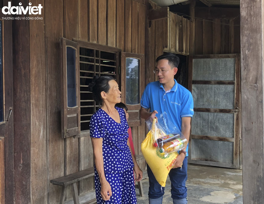 Kinh doanh khu vực Đại Việt đã không quản ngại khó khăn mang những phần quà ý nghĩa đến với bà con vùng lũ