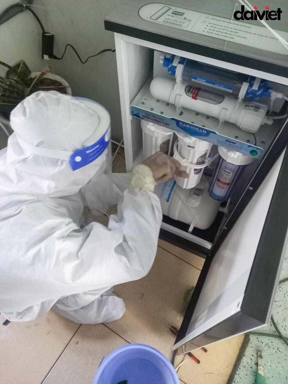 Đội ngũ nhân viên Đại Việt không quản khó khăn mang nước sạch đến bệnh viện dã chiến
