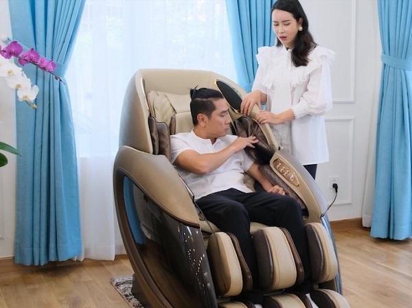Ghế massage Daikiosan được vợ chồng nghệ sĩ Lưu Hương Giang và Hồ Hoài Anh sử dụng