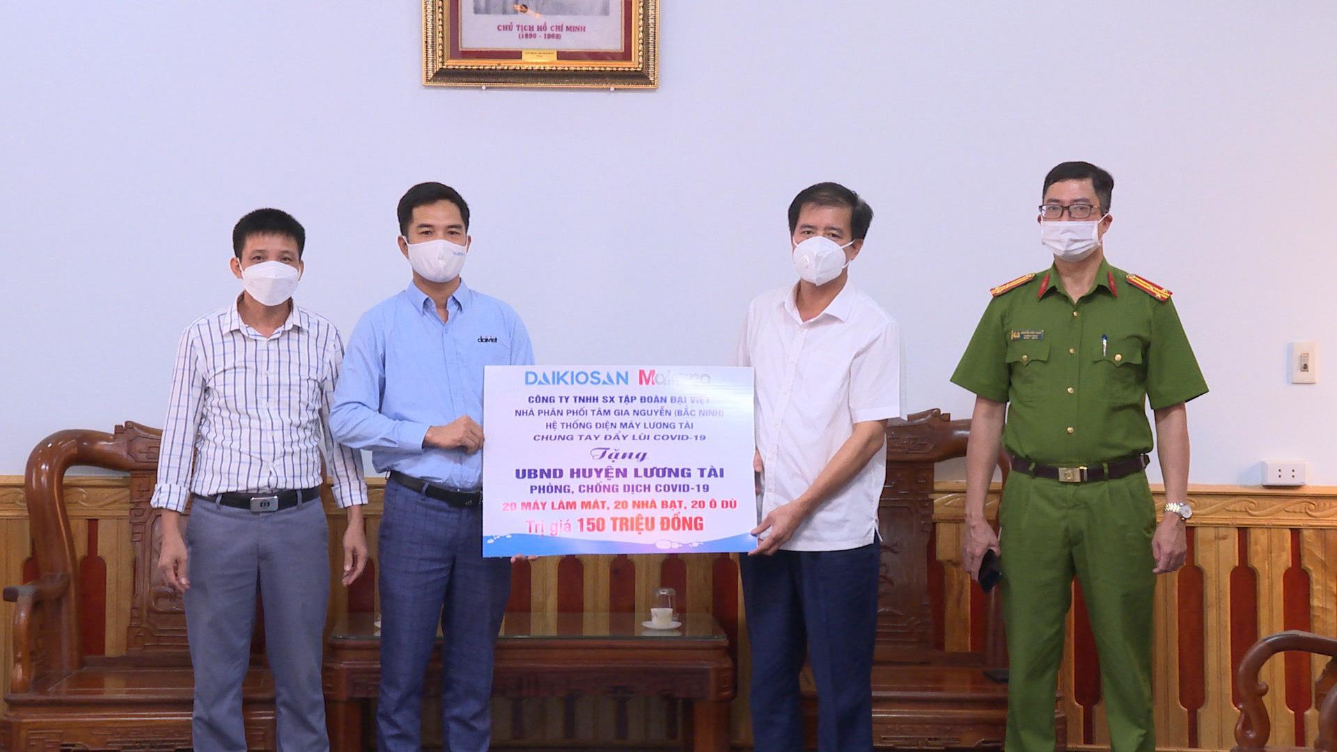 Đại diện Đại Việt trao tặng quà hỗ trợ huyện Lương Tài