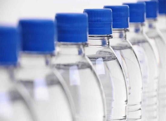 Nước suối đóng chai có thể bị nhiễm bẩn do chai nhựa chịu tác động mạnh của môi trường