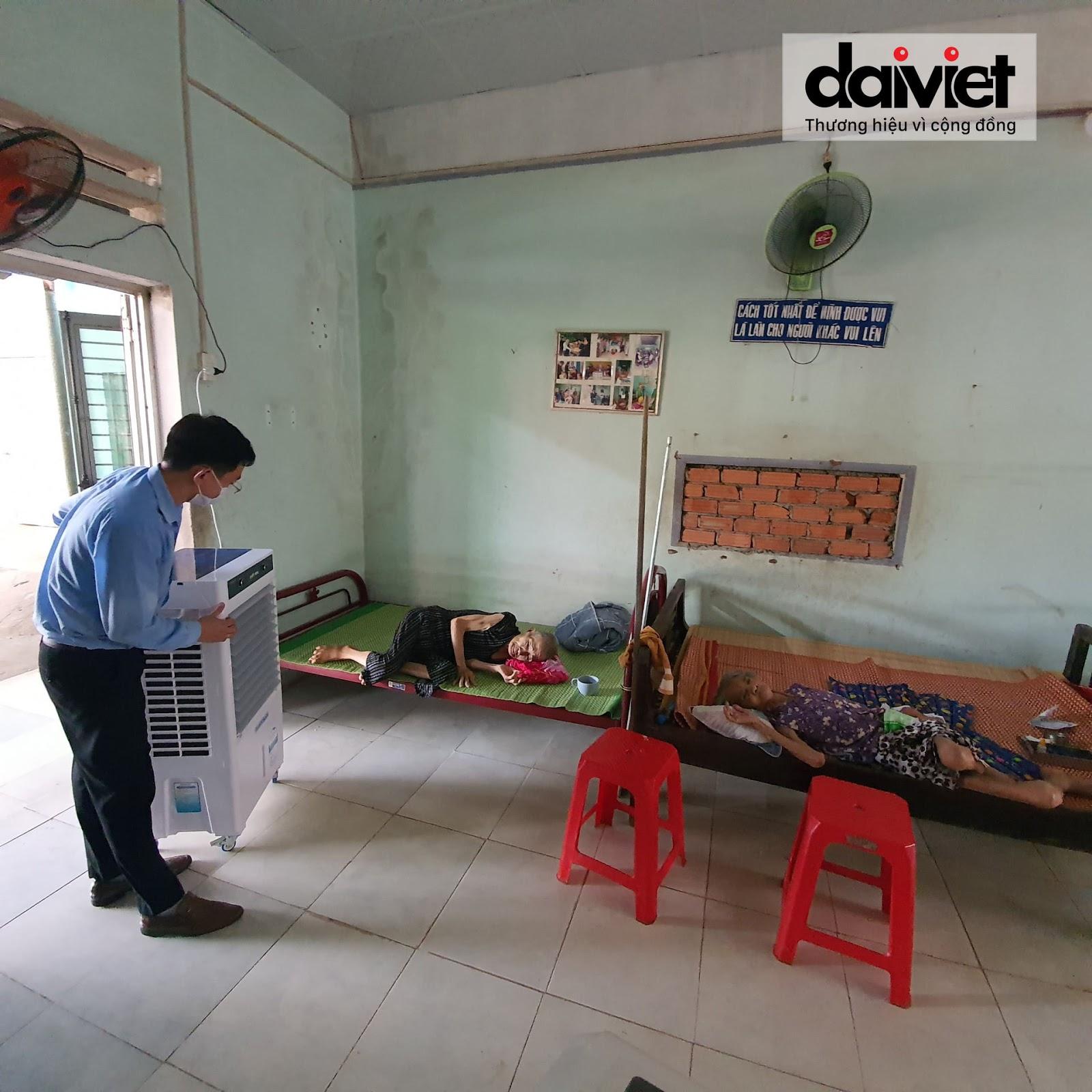 Máy làm mát Đại Việt sẽ mang đến làn gió mát giúp các cụ già neo đơn đảm bảo sức khỏe trong những mùa nắng nóng