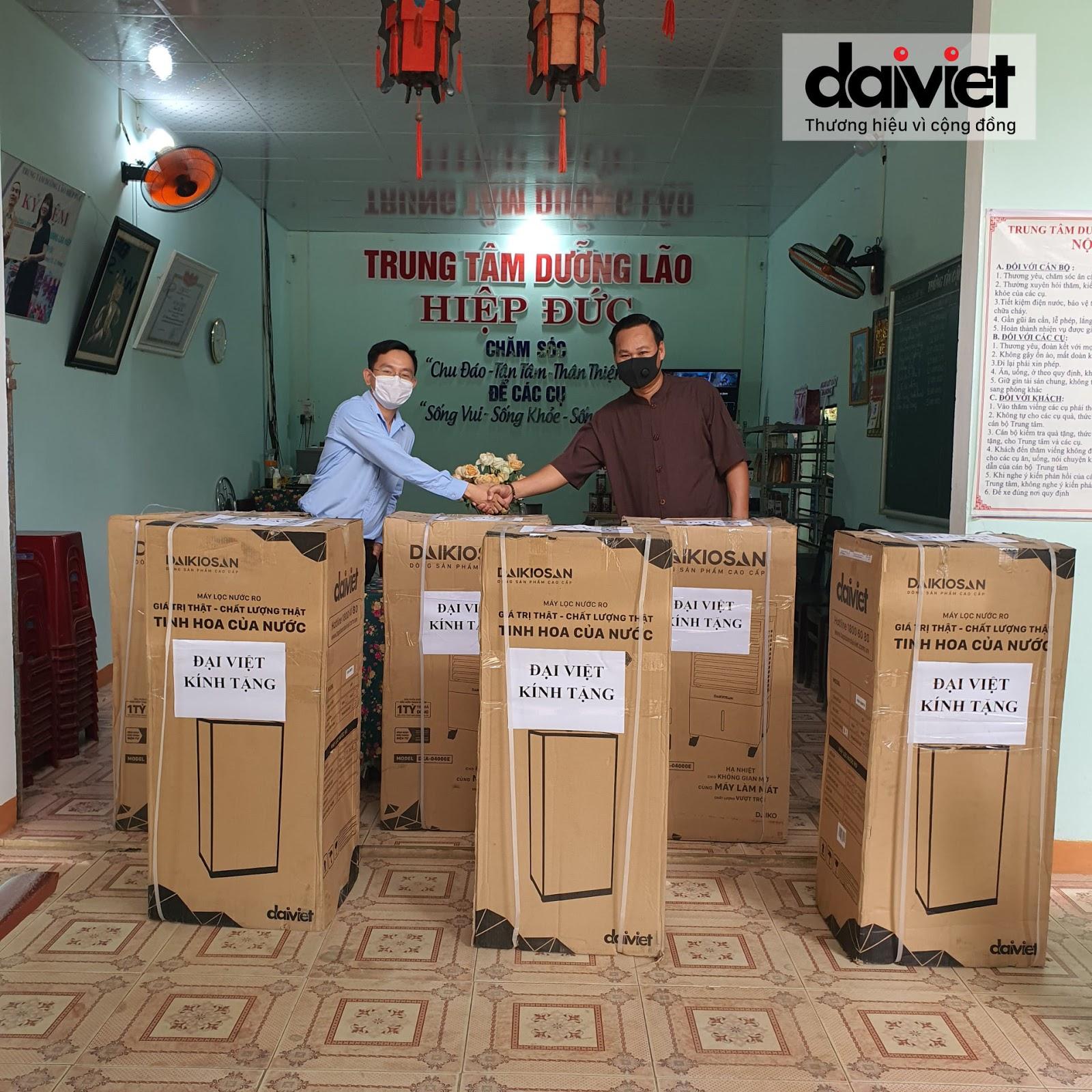 Đại diện Đại Việt trao tặng máy làm mát, máy lọc nước cho Trung Tâm Dưỡng lão Hiệp Đức