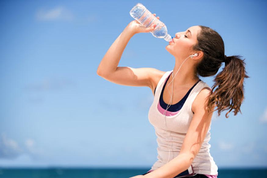 Chị em nên uống nước đúng cách để giảm cân và giữ gìn làn da đẹp.