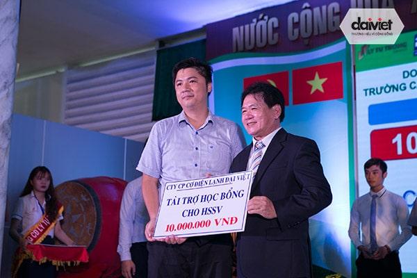 Đại Việt tài trợ học bổng khuyến học cho sinh viên trường cao đẳng Lý Tự Trọng