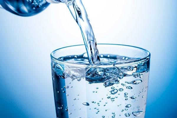 Nước khoáng là gì? Có nên uống nước khoáng thay nước tinh khiết không?