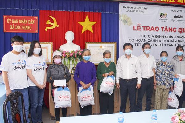 Đại Việt tặng quà Tết năm 2021 cho gia đình chính sách xã Lộc Giang
