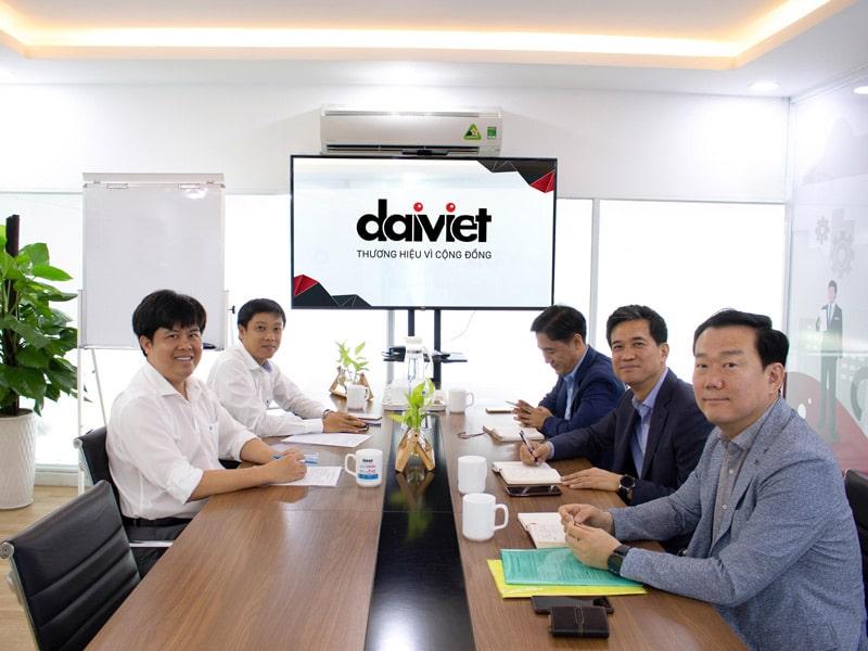 Vừa qua Đại Việt đã cùng ký kết hợp tác với tập đoàn Toray Advanced Materials Korea về việc cung cấp màng lọc cho máy lọc nước cao cấp Makano tại văn phòng của Đại Việt. Bằng việc hợp tác này, Đại Việt sẽ tiếp tục mang đến sản phẩm chất lượng góp phần bảo vệ sức khỏe người tiêu dùng.    Đại diện công ty Đại Việt (trái) và đại diện Toray Advanced Materials Korea (phải) tại văn phòng của Đại Việt  Toray là tập đoàn đa quốc gia của Nhật Bản được thành lập vào năm 1926, sản xuất và kinh doanh các sản phẩm, dịch vụ đa dạng từ những loại sợi carbon dùng trong ngành hàng không, vải, quần áo, công nghệ, điện tử, hệ thống/thiết bị xử lý nước, hàng hóa tiêu dùng, nhựa, hóa chất tổng hợp đến vật liệu công nghiệp. Với hơn 93 năm kinh nghiệm, tập đoàn Toray đã khẳng định được vị trí trên thị trường toàn cầu với khoảng 250 công ty thành viên ở khắp thế giới.  Trong đó, Toray Advanced Materials Korea là thành viên thuộc tập đoàn Toray của Nhật Bản và là một trong số rất ít công ty có chuyên môn về toàn bộ mảng xử lý nước hiệu suất cao, bao gồm màng thẩm thấu ngược (RO), màng lọc nano (NF), màng siêu lọc (UF), màng lọc siêu nhỏ (MF) và phản ứng sinh học màng (MBR). Trong đó, nổi bật là công nghệ sản xuất màng lọc thẩm thấu ngược CSM. Toray Advanced Materials Korea là sự kết hợp hoàn hảo giữa công nghệ tiên tiến, khả năng cạnh tranh tiếp thị toàn cầu của Toray Group và khả năng cạnh tranh chất lượng của ngành hóa chất Hàn Quốc.  Theo chia sẻ của Tổng Giám đốc Ngô Xuân Mạnh, máy lọc nước là sản phẩm kỳ vọng của công ty bởi đây là một trong những thiết bị thiết yếu, ảnh hưởng trực tiếp đến sức khỏe người dùng. Việc tạo ra máy lọc nước không còn mang nghĩa đơn thuần là sản xuất, lắp ráp mà còn chứa đựng tâm huyết của doanh nghiệp trong từng sản phẩm. Do đó, bản thân ông và những người cộng sự luôn trăn trở, nghiên cứu tìm ra những giải pháp tối ưu nhất để mang lại lợi ích cho người tiêu dùng.   Sự kiện hợp tác với Toray Advanced Materials Korea lần này là một bước ngoặt quan trọng, mở 