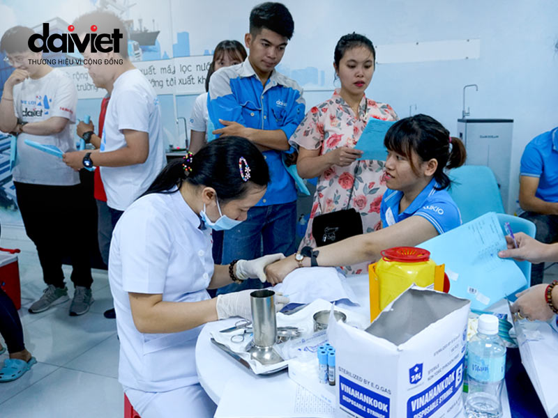 lấy mẫu máu xét nghiệm cho nhân viên của Đại Việt