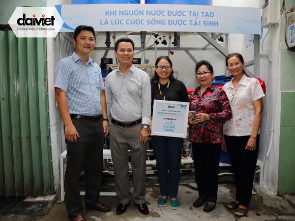 Đại diện công ty Đại Việt cùng ban lãnh đạo phường NCT và khu phố 8