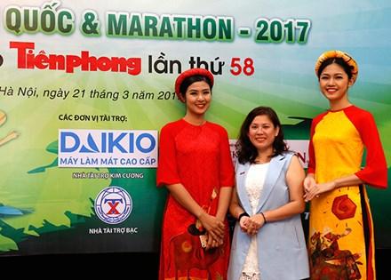 Bà Ngô Thị Chi GĐ Đại Việt chụp cùng hoa hậu